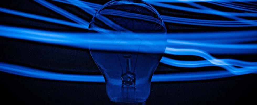ampoule sur fond bleu